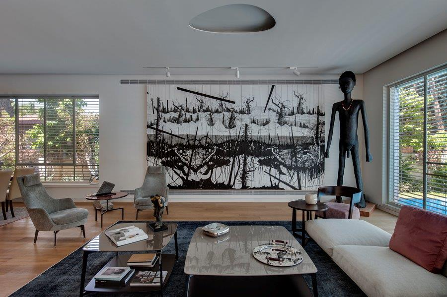 Large sketch of ink on wood and monumental sculpture in the main living area